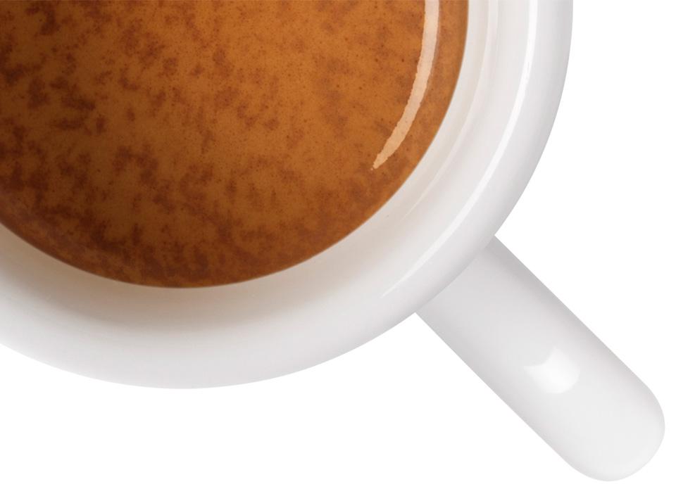 Skodelica espressa illy z zrni kave