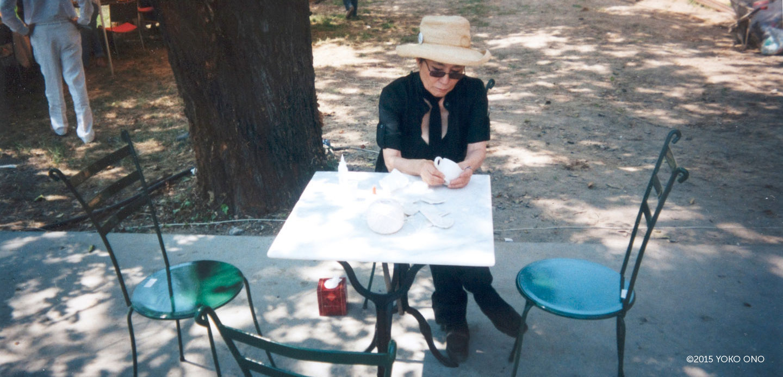 Yoko Ono pri oblikovanju skodelic