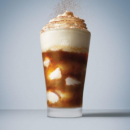 Hladno varjena kava illy Cold Brew z vanilijevim sladoledom in smetano